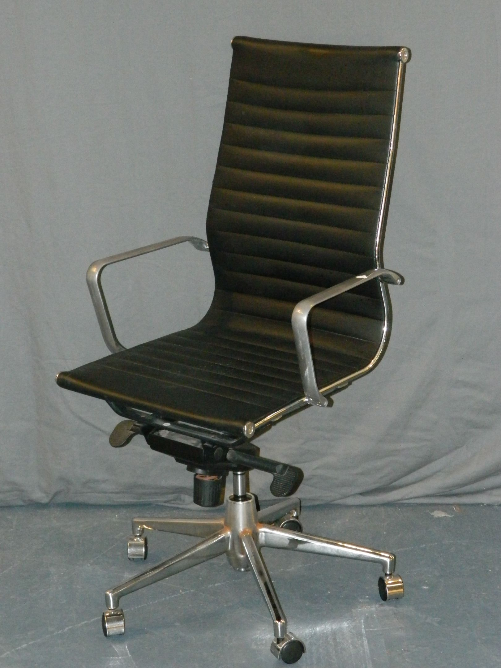 Lot 634 A Contemporary Leather Swivel Office Chair By Leixin